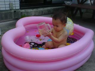 プール遊びに夢中!